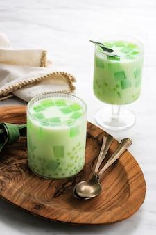 Buko pandan, popularny deser z filipin. wykonane z galaretki, młodego kokosa, mleka odparowanego, mleka skondensowanego. ten deser zwykle służy do buka puasa (śniadanie). można polać serem