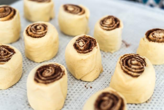 Bułeczki cynamonowe lub cynamon, domowe słodkie tradycyjne bułeczki deserowe