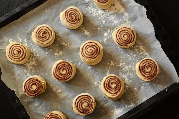 Bułeczki cynamonowe - proces gotowania cinnabon surowe ciasto. tło żywności
