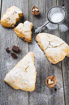 Bułeczki dyniowe z orzechami włoskimi i czekoladą na śniadanie na ciemnym tle drewnianych. selektywne skupienie.