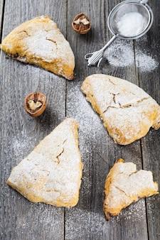 Bułeczki dyniowe z orzechami włoskimi i czekoladą na śniadanie na ciemnym tle drewnianych.