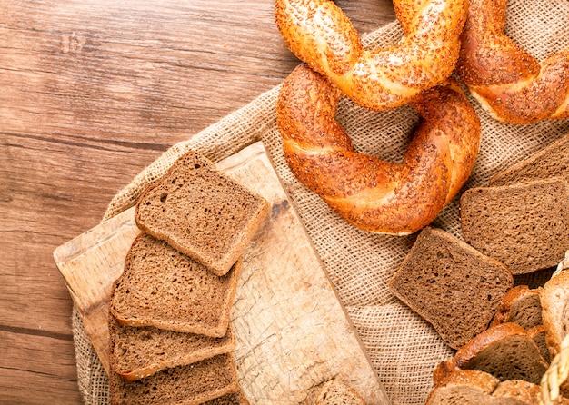 Bułeczki i kromki ciemnego chleba na obrusie