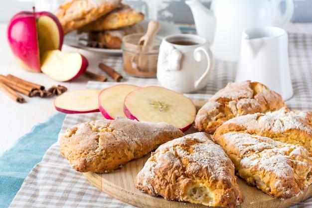 Bułeczki jabłkowe z polewą jabłkową. selektywna ostrość.