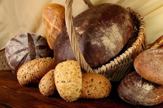 Bułeczki z sezamem i różnymi rodzajami pieczywa