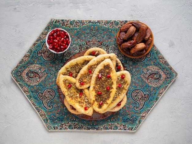 Bułeczki z zatarem. arabski manakish. kuchnia arabska.