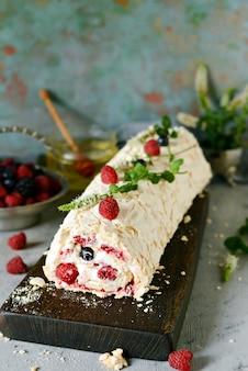 Bułka bezowa z delikatnym zwiewnym kremem, miętą i nadzieniem owocowym z malin, czarnej porzeczki, jagód. letni słodki deser pavlova