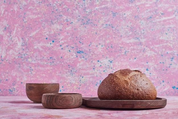 Bułka chlebowa na drewnianej desce.