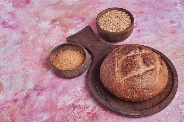 Bułka chlebowa ze składnikami na bok.