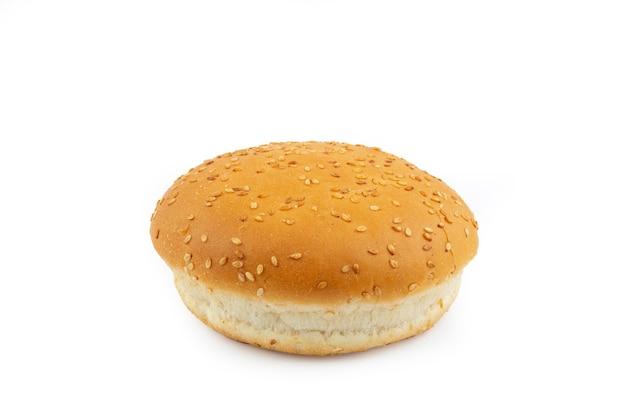 Bułka hamburgerowa na białym tle