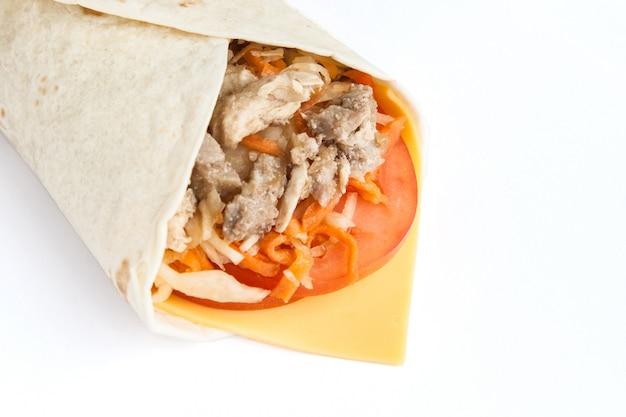 Bułka z lavash z farszem mięsnym, serem i warzywami