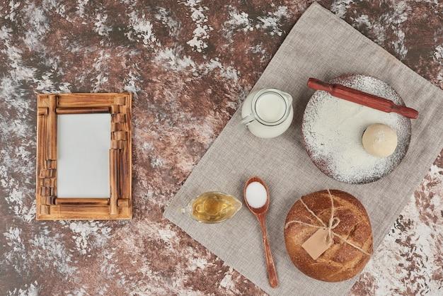 Bułki chlebowe ze składnikami na bok.