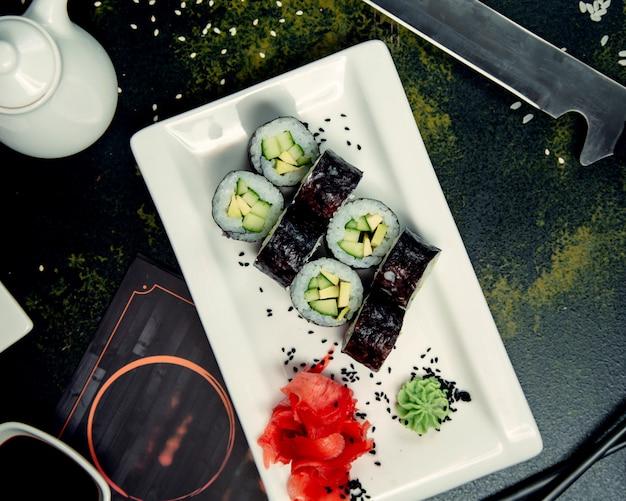 Bułki sushi i nasiona sezamu