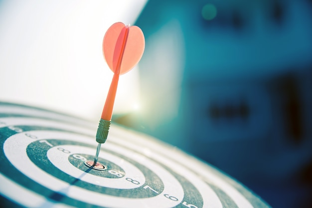 Bullseye ma czerwoną strzałkę uderzającą w środek rzutu