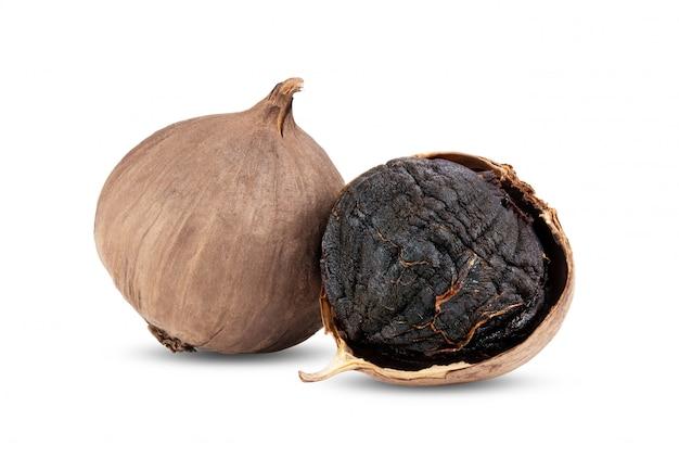 Bulwy czosnku czarny na białym tle