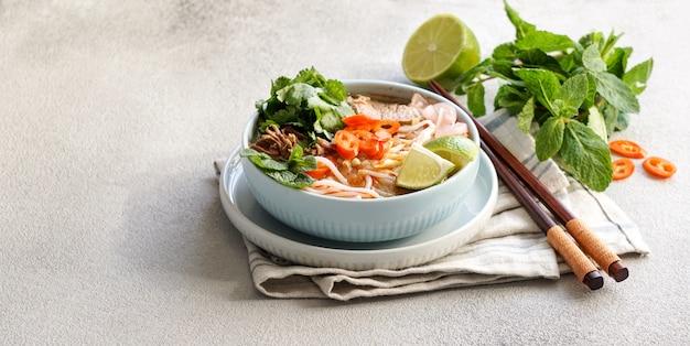 Bun bo hue, bun bo, wietnamska pikantna zupa z makaronem wołowym.