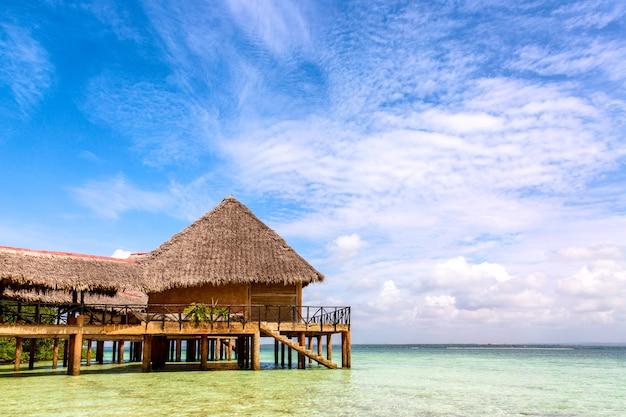 Bungalow wodny na krajobraz wody oceanu w plaży diani