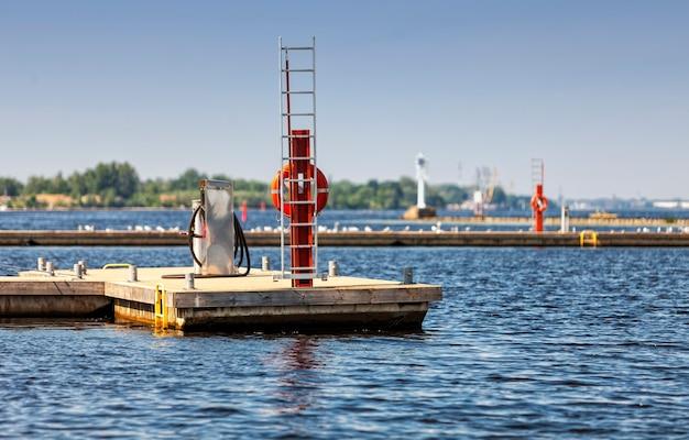 Bunkrowanie stacja serwisowa dla małych statków motorowych, jachtów i łodzi