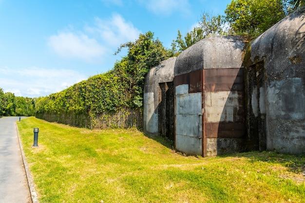 Bunkry z czasów wojny światowej w parku przyrody saint jean de luz zwanym parc de sainte barbe, col de la grun we francuskim kraju basków
