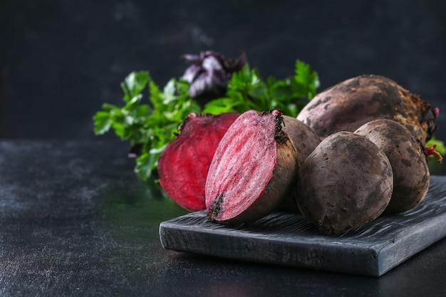 Buraki do gotowania warzyw na stole