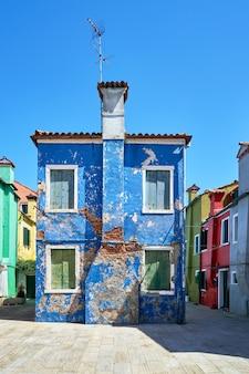 Burano, wenecja. architektura kolorowych domów na rynku. lato 2017, włochy
