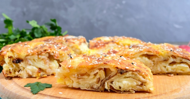 Burek turecki placek. francuskie ciasto francuskie z serem i sezamem