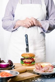 Burger cheeseburger hamburger big chif cook gotowanie białe tło domu