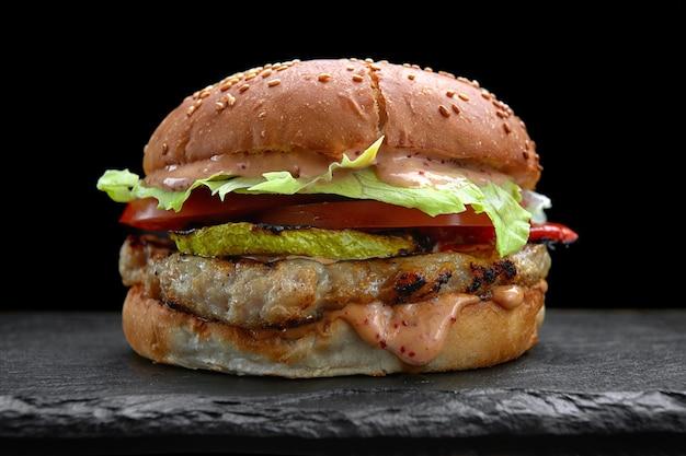 Burger, cheeseburger, hamburger z kotletem mięsnym, serem z cukinii, sałatą i pomidorem
