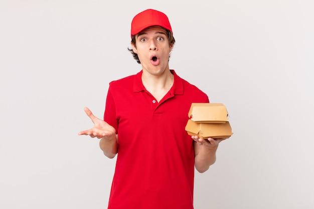 Burger dostarcza mężczyznę zdumionego, zszokowanego i zdumionego niewiarygodną niespodzianką