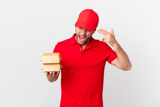 Burger dostarcza mężczyzny wyglądającego na nieszczęśliwego i zestresowanego, gest samobójczy, który robi znak pistoletu