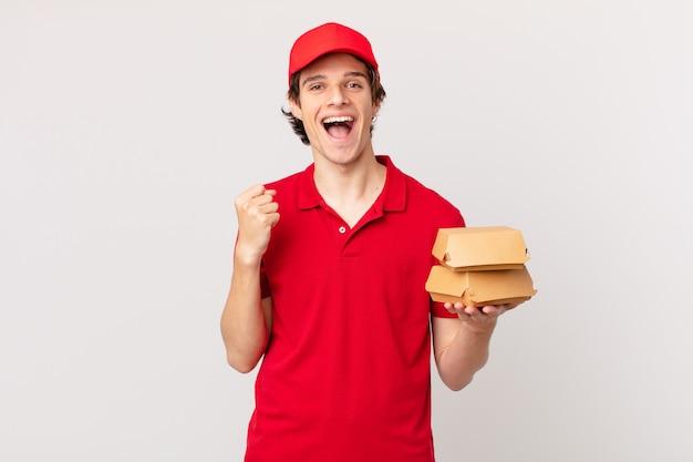 Burger dostarcza mężczyzny zszokowanego, śmiejącego się i świętującego sukces