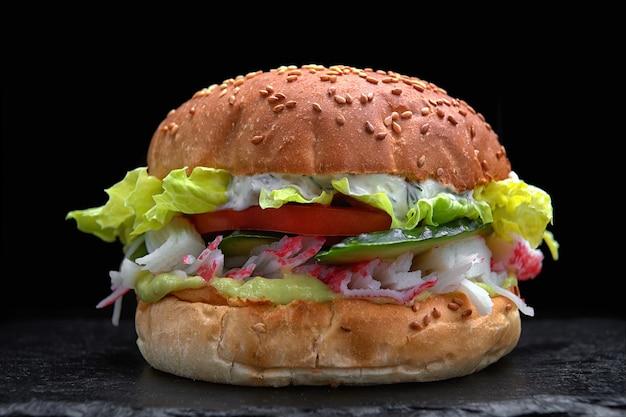 Burger, hamburger z paluszkami krabowymi, mięso kraba, ogórek, pomidor, sałata, sos