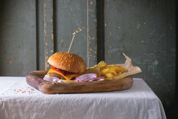 Burger i ziemniaki