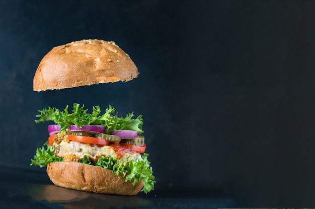 Burger kanapka z grillowanym kotletem wieprzowym, wołowym lub drobiowym