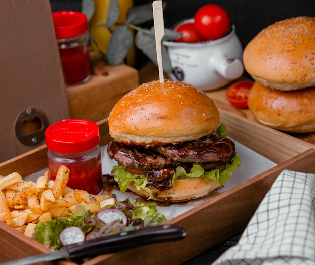 Burger mięsny i pikantne frytki