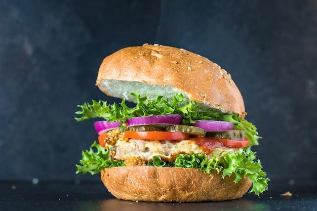 Burger mięso wieprzowe, wołowe lub drobiowe grillowany kotlet z warzywami