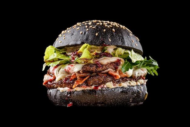 Burger na czarnym tle w menu
