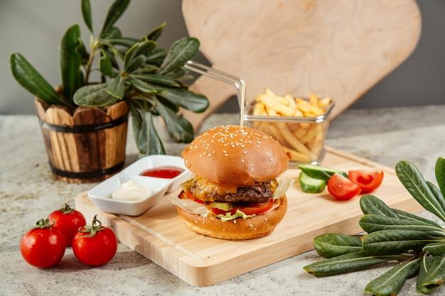 Burger podawany z frytkami i surówką
