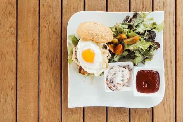 Burger sałaty kok jedzenie dla smakoszy