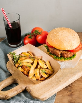 Burger szczegół z dużym kątem z frytkami na desce