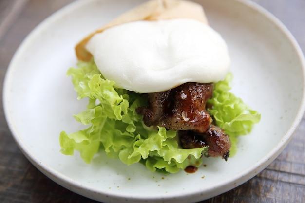 Burger teriyaki z białym kurczakiem