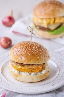 Burger warzywny ze słodkich ziemniaków