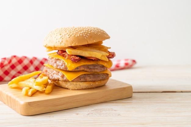 Burger wieprzowy z serem, boczkiem i frytkami