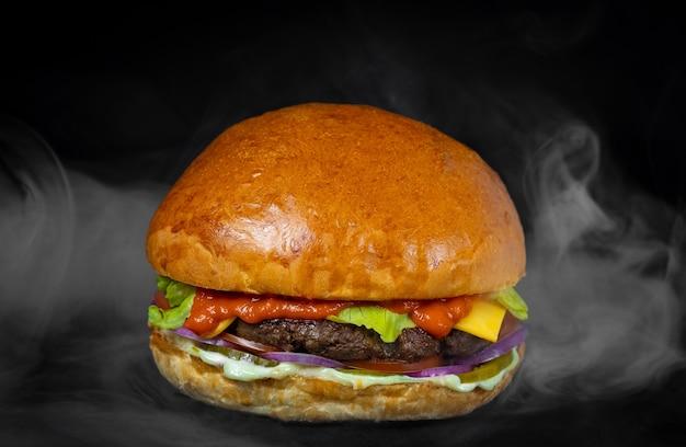 Burger wołowy kuchnia amerykańska pomidor mięso gotowanie kawiarnia restauracja widok z boku dymu