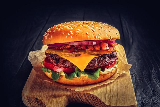 Burger wołowy z topionym serem i boczkiem.