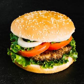Burger z bliska o wysokim kącie