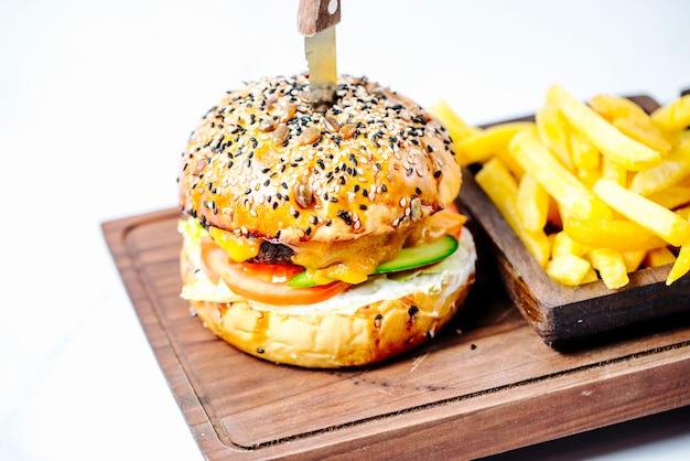 Burger z bułką sezamową i frytkami
