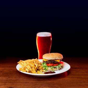 Burger z frytkami i piwem