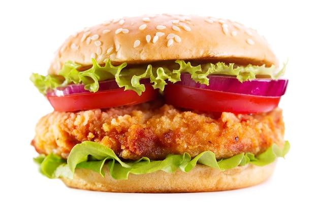 Burger Z Kurczaka Z Warzywami Na Białym Tle Premium Zdjęcia