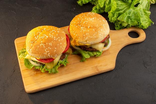 Burger z kurczaka z widokiem z góry z serem i zieloną sałatą