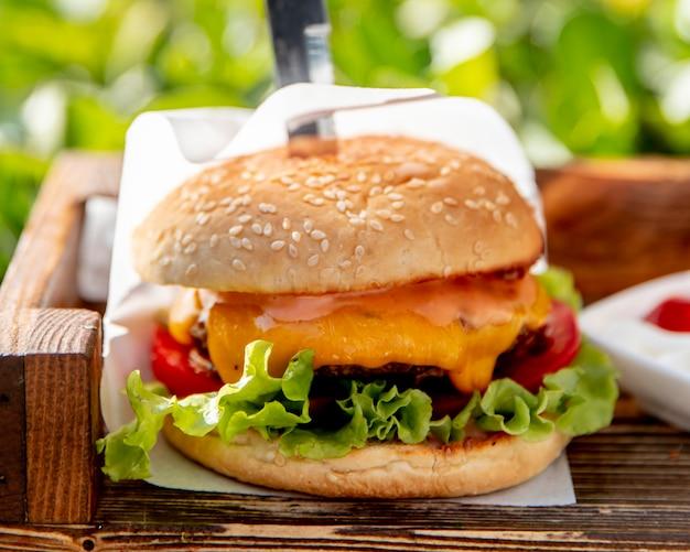 Burger z pomidorami sałatowymi i serem